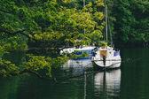 Barcos e iates no lago windermere, distrito do lago — Foto Stock