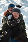 Jongens in de sneeuw — Stockfoto