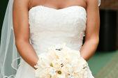 Bruid houden boeket met bruiloft ringen. — Stockfoto