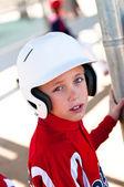 Pequeno jogador de beisebol da liga no abrigo — Fotografia Stock