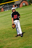 行走在外地的青年棒球运动员 — 图库照片