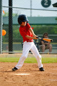 Youth baseball player swinging bat — Stock Photo