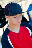 ダッグアウトで十代の野球少年 — ストック写真