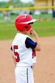 Little league speler op het honk. — Stockfoto