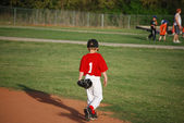 Little league player walking — Stock Photo