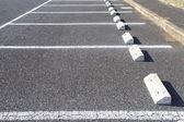 Parcheggio auto all'esterno con marcatura bianca — Foto Stock