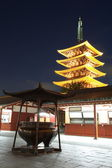 Japonský červený pagoda v soumraku z buddhistického chrámu sensoji, asakusa, tokio — Stock fotografie