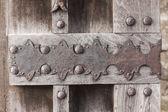 Staré dřevěné dveře v zámku — Stock fotografie