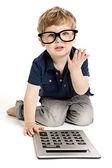Schattige jongen tellen met calculator. — Stockfoto