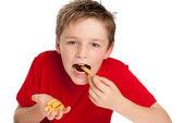 Frites manger beau jeune garçon — Photo