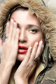 Bellezza donna hiphop in felpa mimetica. stagione invernale — Foto Stock