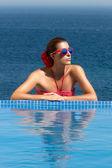 Belleza bronceada. chica de la piscina. mujer de rojo — Foto de Stock