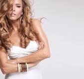 Porträtt av vackra blonda kvinnan — Stockfoto