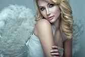 Vacker blond ängel — Stockfoto