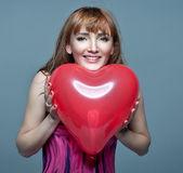 Alla hjärtans dag. kvinna med alla hjärtans dag hjärtat — Stockfoto