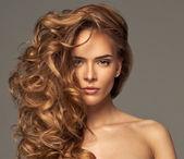 Mode foto van blonde schoonheid met natuurlijke make-up — Stockfoto