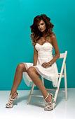 Mulher atraente, sentado em uma cadeira — Foto Stock