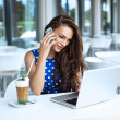 telefon görüşmesi sırasında güzel hareket eden kadın — Stok fotoğraf