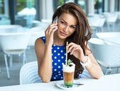 Atraktivní žena mluvila na mobilním telefonu — Stock fotografie