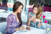 Women drinking coffee and talking — Stock Photo