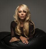 Mulher loira com cabelos longos — Foto Stock