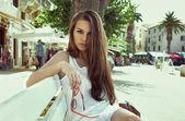 Bankta oturan genç bir kadın — Stok fotoğraf