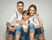 Jonge gelukkige familie — Stockfoto