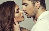 Pareja romántica tocarse y besarse — Foto de Stock