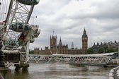 View of the British Parliament across the Thames from the carousel — Stock Photo