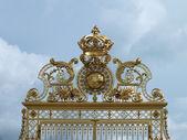 Královské brány u vstupu do paláce ve versailles — Stock fotografie