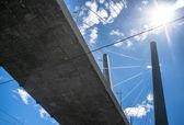 Tuibrug van onderen tegen een blauwe hemel met wolken — Stockfoto