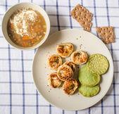 Obiad składający się z zupa grzybowa i ravioli i kotlety z szpinak — Zdjęcie stockowe