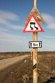 """Verkeer-teken """"gladde weg"""" hing over een andere oude teken — Stockfoto"""