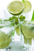 Fresh drink with lime and mint — Stockfoto
