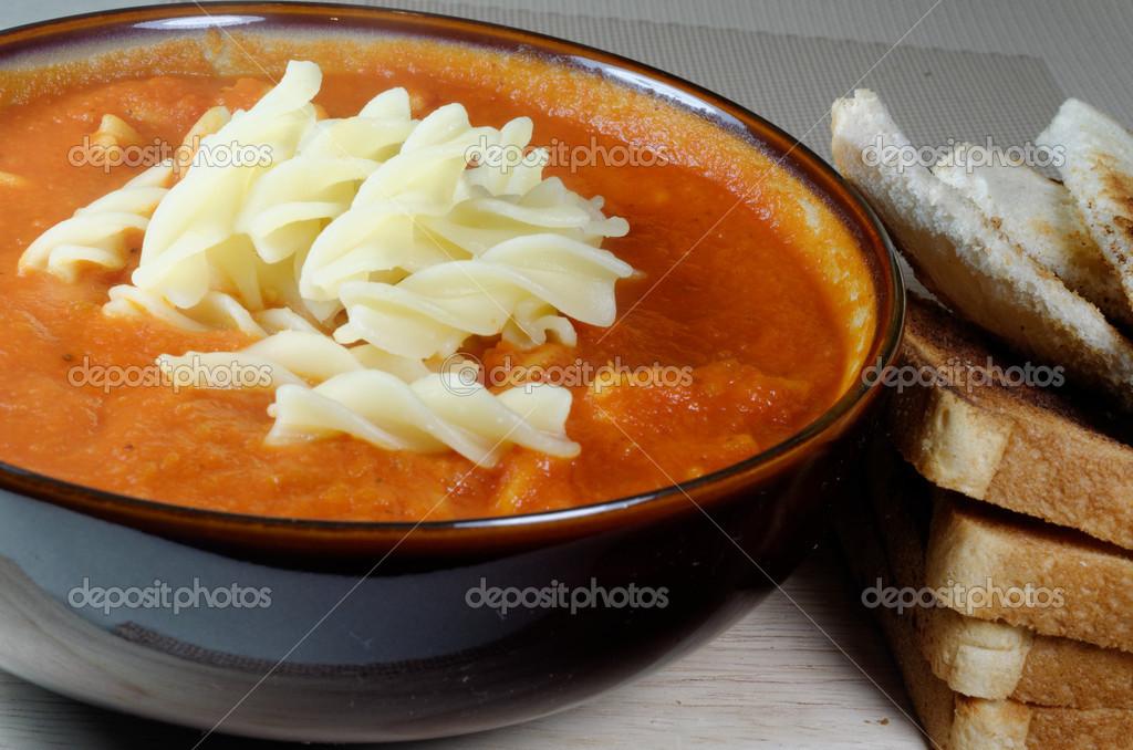 Soupe de tomate maison avec des p tes photographie - Soupe de tomate maison ...