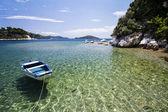 Barco ancorado perto da bonita enseada, águas claras. — Fotografia Stock