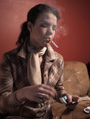 женщина курить сигарета — Стоковое фото