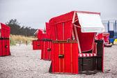 Röda strandstolar — Stockfoto