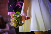Bride holds wedding bouquet — 图库照片
