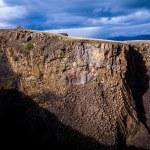 paroi rocheuse basaltique à hengifoss en Islande — Photo
