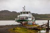 Viejo barco en un lago en islandia — Foto de Stock