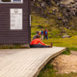 Couple sitting next to a house in Landmannalaugar — Stock Photo