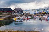 Boten verankerd in een haven op ijsland — Stockfoto