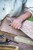 Stonemasons hands with hammer and chisel — Stock Photo