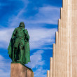 Hallgrimskirkja Church and statue of Leif Erikson — Stock Photo