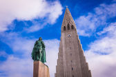 Hallgrimskirkja Church and statue of Leif Erikson — 图库照片