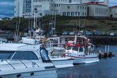 Boote verankert in einem harbor auf island — Stockfoto