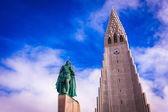 Hallgrimskirkja Church and statue of Leif Erikson — Stockfoto