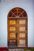Old arched wooden double door — 图库照片