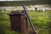 Broken cross in an old Christian cemetery — Stock Photo